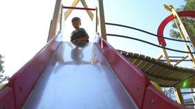 El muchacho rueda conos de abeto en declive almacen de metraje de vídeo
