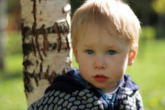 El muchacho ruso se coloca cerca del abedul Fotografía de archivo libre de regalías