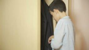 El muchacho saca el dinero de padres de un monedero hurto, adolescente almacen de video