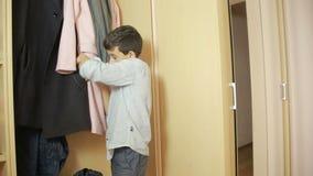 El muchacho saca el dinero de padres de un monedero hurto, adolescente metrajes