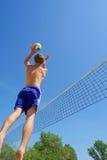 El muchacho salta arriba para fijar la bola Imagen de archivo libre de regalías