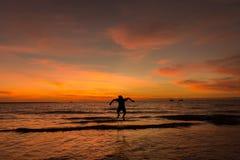 El muchacho salta del agua Imagen de archivo