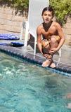 El muchacho salta en la piscina Fotografía de archivo libre de regalías