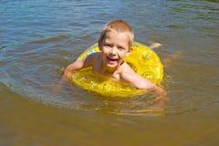 El muchacho se baña en el río Fotos de archivo libres de regalías