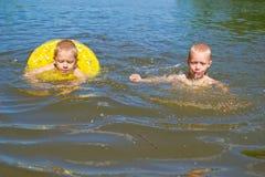 El muchacho se baña en el río Foto de archivo libre de regalías