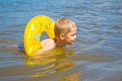 El muchacho se baña en el río Imagen de archivo libre de regalías