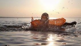 El muchacho se baña en el río almacen de metraje de vídeo