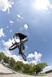 El muchacho se divierte con la bici de la suciedad Fotos de archivo