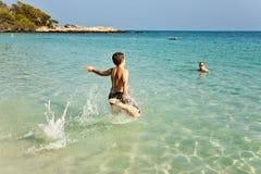 El muchacho se divierte en el océano caliente Fotos de archivo libres de regalías