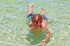 El muchacho se divierte en el océano claro Fotos de archivo