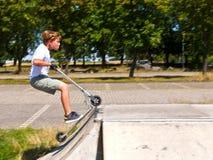 El muchacho se divierte en el parque del patín Fotografía de archivo
