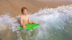El muchacho se divierte en la playa Fotos de archivo libres de regalías