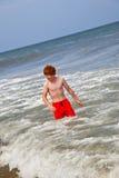 El muchacho se divierte en la playa Fotos de archivo