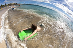 El muchacho se divierte en la playa Imagen de archivo