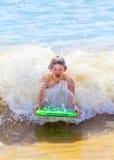 El muchacho se divierte en las ondas del océano Imagen de archivo