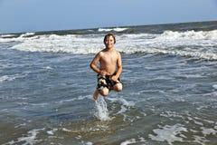 El muchacho se divierte en los trituradores del océano Fotografía de archivo