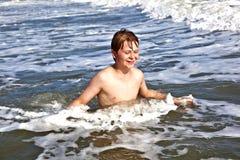 El muchacho se divierte en los trituradores del océano Imagenes de archivo