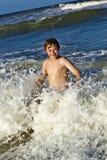 El muchacho se divierte en los trituradores del océano Foto de archivo