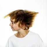 El muchacho se está moviendo cabeza y los pelos Imagen de archivo