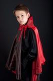 El muchacho se vistió como el vampiro para el partido de Halloween Imagen de archivo