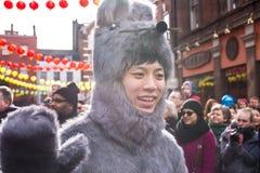 El muchacho se vistió con un traje peludo del ratón que agitaba su mano Foto de archivo