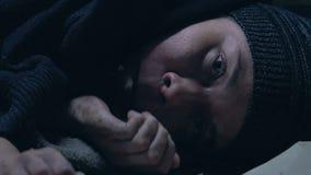El muchacho sin hogar que comía el pan codicioso, niño se escapó de la congelación muerta de hambre casera metrajes