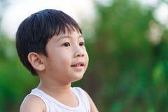 El muchacho sonrió en detalle del primer del jardín Fotos de archivo