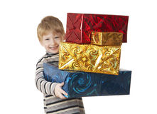 El muchacho sonriente lleva los regalos. Sobre blanco. imagenes de archivo