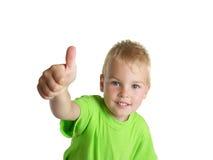 El muchacho sonriente muestra el gesto aceptable aislado en blanco Fotografía de archivo libre de regalías