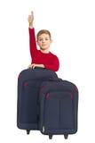 El muchacho sonriente que muestra los pulgares para arriba con viaje empaqueta Imagenes de archivo
