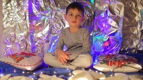 El muchacho sostiene las almohadas del Año Nuevo almacen de metraje de vídeo