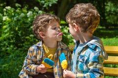 El muchacho toma el pelo con la lengua Foto de archivo libre de regalías