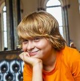 El muchacho toma un resto en un sofá Imagen de archivo