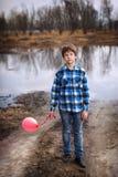 El muchacho triste con un globo Foto de archivo libre de regalías