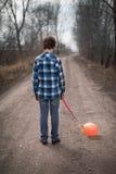 El muchacho triste con un globo Imágenes de archivo libres de regalías