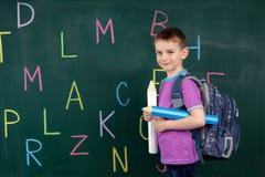 El muchacho va a la primera clase Fotos de archivo