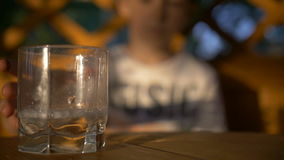 El muchacho vertió una bebida, bebida de consumición del muchacho, cámara lenta almacen de metraje de vídeo