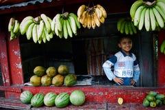El muchacho y la fruta indonesios. Imagen de archivo libre de regalías