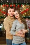 El muchacho y la muchacha celebran día del ` s de la tarjeta del día de San Valentín Fotos de archivo