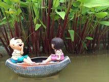 El muchacho y la muchacha en el barco están sonriendo con felicidad Imágenes de archivo libres de regalías