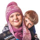 El muchacho y la muchacha en ropa del invierno Foto de archivo libre de regalías
