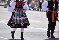 El muchacho y la muchacha en trajes populares tradicionales de Lowicz se realizan en la calle de Chicago Imágenes de archivo libres de regalías