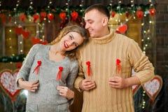 El muchacho y la muchacha felices celebran día del ` s de la tarjeta del día de San Valentín Foto de archivo