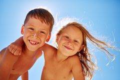 El muchacho y la muchacha mira en la cámara Imagen de archivo