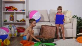 El muchacho y la muchacha pusieron cosas en una maleta en el mar almacen de metraje de vídeo