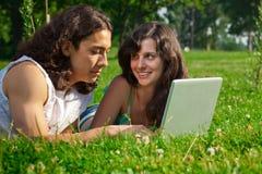 El muchacho y la muchacha que mienten en la hierba Imágenes de archivo libres de regalías