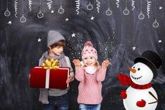 El muchacho y la muchacha recibieron los regalos por el Año Nuevo Fotografía de archivo