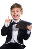 El muchacho y la tableta listos, aislados imagenes de archivo