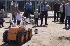 El muchacho y el robot imágenes de archivo libres de regalías