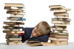 El muchacho y una pila de libros Imagen de archivo libre de regalías